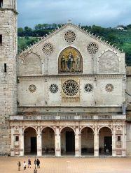 11- la-facciata-della-cattedrale-di-santa-maria-assunta-del-xiii-secolo--a-capanna-con-paramento-murario-costituito-da-blocchi-in-pietra
