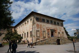 12- Interno-del-castello-palazzo-ducale-con-le-bellissime-stanze-affrescate-dal-pomarancio-dal-quale-poi-si-accede-tramite-il-camminamento-di-ronda
