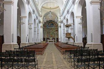 12-linterno-della-cattedrale-in-stile-barocco-ed-a-croce-latina-con-tre-navate-di-sei-campate-ciascuna-transetto-abside-semicircolare-e-cupola-senza-tamburo-a-copertura-