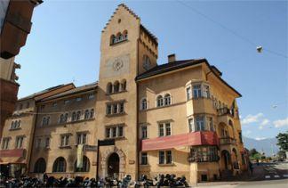12 - Bolzano. Museo-civico. Il primo museo per importanza della città di Bolzano è sicuramente il Museo Civico, situato in zona centrale in via Museo a cui presta il nome. Edificato nei primi anni del Novecento sulla precedente costruzione medievale .