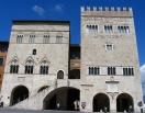 17 - Il Palazzo del Popolo detto anche del Comune, del 1213, è tra i più antichi palazzi pubblici italiani. Iniziato in stile lombardoL'edificio è unito al Palazzo del Capitano da una scalinata esterna a due rampe. In stile lombardo-gotico, risale al Duecento ed è uno dei più antichi palazzi comunali d'Italia. Il Palazzo del Popolo, insieme al Palazzo del Capitano, ospita il museo civico.
