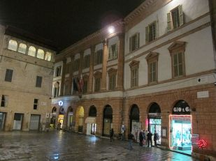 15 - Il palazzo Trinci è un palazzo patrizio che si trova nel centro di Foligno, in piazza della Repubblica, ed è una delle più interessanti dimore tardogotiche dell'Italia centrale.