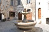 17 - Fontana dei Matti A Gubbio potete aggiudicarvi la patente dei matti. Come? Raggiungete Largo Bargello. Troverete una piccola fontana cinquecentesca. 17 - Giratele intorno tre volte: secondo la credenza popolare, ora avete la patente di matti e la cittadinanza eugubina.