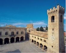 17 - La piazza-sulla destra il Palazzetto dei Priori e la Torre Civica e, sul fondo, il Comune