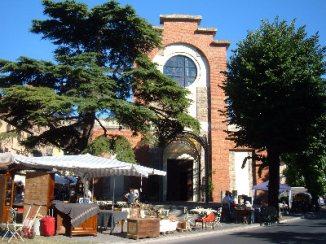17 - Lungolago di Passignano sul Trasimeno. Torre dell'orologio. Chiesa di San Cristoforo e mercatino antiquariato