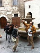 18 -- Fontana dei Matti A Gubbio potete aggiudicarvi la patente dei matti. Come? Raggiungete Largo Bargello. Troverete una piccola fontana cinquecentesca. 17 - Giratele intorno tre volte: secondo la credenza popolare, ora avete la patente di matti e la cittadinanza eugubina.