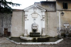 18-spoleto-piazza-del-mercato-fontana-mascherone-