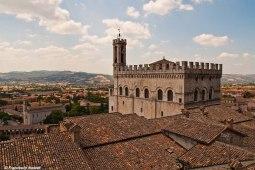 2 - Gubbio,PanoramaAlle falde del Monte Ingino, é una delle più antiche città dell'Umbria come testimoniano le Tavole Eugubine, tra i più importanti documenti italici, risalenti all'incirca al II sec. a.C.