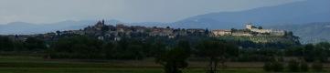2 -Panoramica di Castiglione delLago, il cui profilo proteso verso il centro dell'irregolare cerchio acquatico si lascia adesso vanitosamente ammirare. -