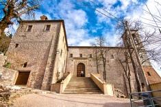 24- Basilica di Sant'Ubaldo Raggiungete la cima del Monte Igino con la funivia. Qui troverete la Basilica di Sant'Ubaldo. Il santuario ospita le spoglie del santo e i ceri, protagonisti della festa dei ceri, ogni prima domenica di maggio.