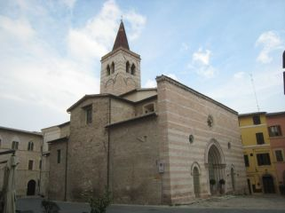 23 - La Chiesa di San -Salvatore di Foligno esiste fin dal mille. La facciata, così come possiamo ammirarla oggi, è stata realizzata nel XIV secolo.