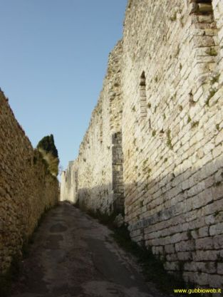 26 - Mura Urbiche Le mura segnano il confine del centro storico. Sono ben conservate – risalgono al XIII secolo – e consentono l'accesso alla città attraverso sei porte.