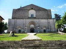 28 -Todi. San Fortunato Alla sommità di una scalinata si erge la chiesa francescana di San Fortunato, costruita tra il 1292 ed il 1328, ebbe nel XV secolo la facciata rimasta incompiuta.
