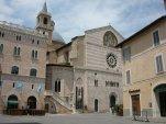 3 - Foligno - ha forma rettangolare e si trova dinnanzi alla facciata laterale (la più antica) del Duomo, saldandosi contiguamente con Largo Carducci, dove si trova la facciata principale della cattedrale.