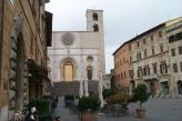 4 - Piazza del Popolo a Todi, Umbria-La visita di Todi non può che iniziare dalla sua piazza maggiore, incorniciata dagli edifici storici più importanti della cittadina. Da una parte il simbolo del potere religioso, la Cattedrale dell'Annunziata; dall'altra, i tre palazzi del potere civile: il Palazzo dei Priori, il Palazzo del Popolo e il Palazzo del Capitano. Ogni seconda domenica del mese la piazza ospita un grazioso mercatino dell'antiquariato.