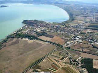 3 -Veduta aerea panoramica di Castiglione del Lago con l'Aeroporto Eleuteri - importante attrazione turistica