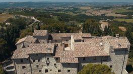 32-a-pochi-km-da-todi-castello_petroro_todipetroro-si-colloca-nella-rete-difensiva-che-caratterizza-la-storia-del-comune-di-todi-dagli-inizi-del-xiii-secolo-ma-la-sua-origine-romana.