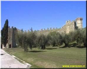 47 - La rocca di isola Polvese-Polvese fu costruita presumibilmente verso il 1431 con lo scopo di difendere gli abitanti dell'isola (nel 1300 ce ne erano quasi cinquencento) monaci Olivetani di San Secondo.