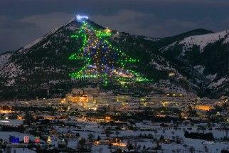 4 -Gubbio, Panorama. Magica atmosfera a Gubbio, sotto l'albero di Natale più grande del mondo.