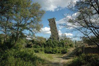 50 -Lago Trasimeno.La Torre di Vernazzano è tutto quello che rimane di un castello antecedente al 1200 e , pendente per uno strano gioco del terreno, desta una certa meraviglia trovarsela improvvisamente di fronte.