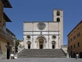 6 - Duomo di Todi. La concattedrale, intitolata a Maria SS.Annunziata ...Cattedrale dell'Annunziata Dalla facciata squadrata, fiancheggiata da una torre campanaria e preceduta da un ordine di scale monumentali, la Cattedrale dell'Annunziata è in stile romanico-lombardo e si affaccia sul lato nord di Piazza del Popolo. La sua fondazione risale al XII secolo ma l'edificio è stato rimaneggiato più volte dal Quattrocento in poi. Pregevole l'affresco del Giudizio Universale realizzato sul finire del Cinquecento da Ferraù Fenzoni, detto il Faenzone.