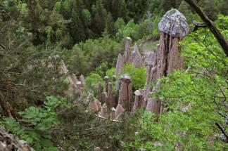63 - Alte tra i 15 e i 30 metri, le piramidi di terra, in tedesco Rittner Erdpyramiden, sono delle colonne di materiale morenico risalente ai ghiacciai primordiali della Val d'Isarco,-
