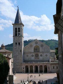 9-spoleto-duomo-la-cattedrale-di-santa-maria-assunta-venne-costruita-in-stile-romanico-nel-xi-secolo la-prima-notizia-della-cattedrale- è del-956-