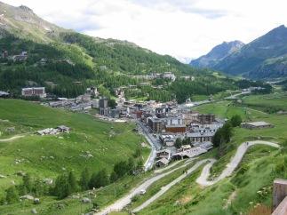 1 - Cervinia o Breuil, è un apprezzato centro di sports invernali nella Valtournenche nella regione della Valle d'Aosta. Breuil-Cervinia è una delle stazioni sciistiche più note delle alpi. Le sue piste, collegate anche con quelle della località svizzera di Zermatt, permettono di sciare per giorni senza rifare lo stesso percorso, e di scendere con gli sci fin quasi nel centro del paese.