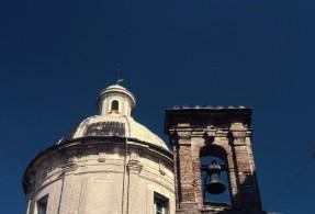 10- Cupola e campanile del Duomo di Amelia- L'interno della chiesa è a croce latina, con navata unica e profondo presbiterio absidato. Lungo la navata, coperta con volta a botte affrescata, si aprono cinque cappelle per lato. All'interno di una di queste, sono esposti due stendardi sottratti ai Turchi nella famosa battaglia di Lepanto del 1571.