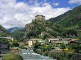 30 - Valle d'Aosta - Castello Verres-Alla sommità del picco roccioso che sovrasta il paese, si erge maestoso il castello di Verrès, perfetto esempio di castello monoblocco. Fatto costruire da Ibleto di Challant intorno al 1390, per la sua mole imponente - un cubo di 30 m di lato - questo castello doveva rispecchiare la potenza e il prestigio del suo costruttore, che nella sua carriera ricoprì incarichi prestigiosi al servizio di tre Conti di Savoia.