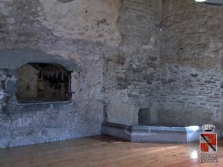 36 -Castello di Verres interno- Passavivande e braciere angolare