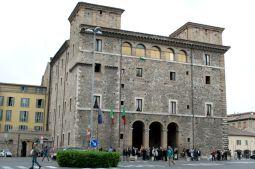 23,1 - Il palazzo, attuale sede comunale, fu edificato da Michelangelo Spada, cameriere segreto del Papa Giulio III su progetto di Antonio Sangallo il Giovane, morto a Terni in circostanze misteriose.