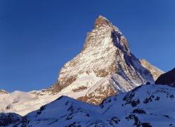 """29 - Cervino-esemplare nella perfezione geometrica. Visto dal Vallese una """"punta che buca il cielo,il Matterhorn"""";la """"Gran Becca"""" per i montanari del Breuil;la """"montagna più bella del mondo"""";un simbolo,la montagna per eccellenza."""
