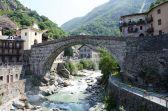 3 Il ponte romano-Pont-Saint-Martin-Ponte-È un'imponente testimonianza della romanizzazione della Valle d'Aosta. Incerta la sua datazione: per alcuni sarebbe stato costruito verso il 120 a.C., per altri nel 25 a.C.