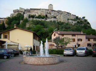 30 -A pochi km da Terni Arrone- Il posto è stupendo, la piscina invoglia a tuffarsi, e alle spalle del residence svetta Arrone un paese medievale incastonato nella roccia.-