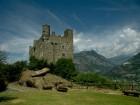 52 - Il castello di Ussel - Uno spazio per mostre in Valle D'aosta. Il castello di Ussel accoglie i visitatori da lontano, appollaiato sul costone di roccia che svetta su Châtillon, oggi il museo è sede espositiva della cultura e dell'arte valdostana ed ospita pregevoli mostre temporanee durante il periodo estivo, unici mesi in cui il castello è visitabile.