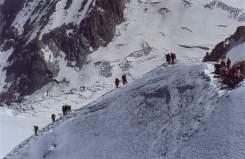 41 - In giornate come questa c'è un continuo andare e venire di cordate all'Aiguille du Midi. Da questo punto l'accesso alla stazione, quasi tutta scavata nella roccia, è attraverso la galleria di ghiaccio della foto successiva.