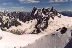 42 - Lo stesso tratto terminale della salita, in un'inquadratura più ampia. La galleria è sotto la massa di ghiaccio a destra del percorso visibile.