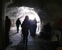 43 - La galleria scavata nel ghiaccio che costituisce l'entrata alla stazione dell'Aiguille du Midi per gli alpinisti. Foto tratta dal video.