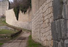 5 - Le mura poligonali di Amelia- Le mura poligonali sono mura in opera poligonale, innalzate tramite la posa di grandi massi lavorati fino ad ottenere forme poligonali, per essere giustapposte a incastro, senza calce, con cunei che riempiono i rari spazi vuoti.