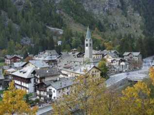 11- Il comune di Gressoney-Saint-Jean si trova nella valle del Lys (o valle di Gressoney) a 1.385 m s.l.m. ai piedi del Monte Rosa.
