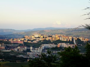 1- Potenza, panorama-La città sorge lungo una dorsale appenninica a nord delle Dolomiti lucane nell'alta valle del Basento, attraversata dal corso del fiume omonimo e racchiusa da vari monti più alti come ad esempio i Monti Li Foj.