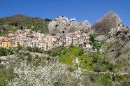 3 - Dista 36 km da Potenza- nelle Dolomiti Lucane, il Borgo di Castelmezzano, 750 m s.l.m. uno dei paesi più emozionanti della Provincia di Potenza