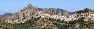 2 - Il Comune di Pietrapertosa, in Provincia di Potenza, si trova nella parte centro-orientale della provincia, a confine con quella di Matera. Il paese sorge a 1088m sul livello del mare, nel cuore del Parco delle Dolomiti lucane.