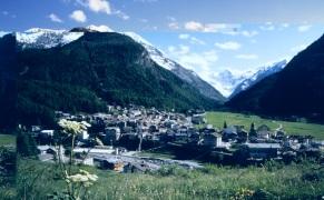 4 - Cogne-Una Perla delle Alpi nel Parco Nazionale del Gran Paradiso - Cogne si affacciata sull'ampio prato di Sant'Orso, sorge a 1.534 metri di altitudine, con il profilo del Gran Paradiso e boschi di conifere e betulle sullo sfondo
