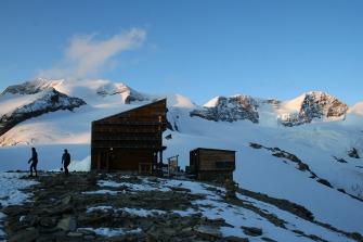 41 - Il rifugio Quintino sella e sullo sfondo il Ghiacciao il massiccio del Lyskamm