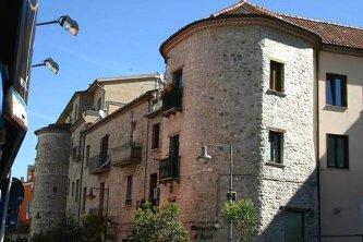 44 - Potenza (cinta muraria, Due Torri)- Via Due Torri, vicina alla Porta, segue il tracciato delle mura medievali e ne conserva ancora resti visibili, tra cui due torri aragonesi che danno il nome alla strada.