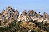4 - Borgo di Pietrapertosa- la fortificazione è sovrastata da un arco naturale che rende il paesaggio ancora più suggestivo. Il Comune di Pietrapertosa rientra nell'elenco dei Borghi più belli d'Italia.