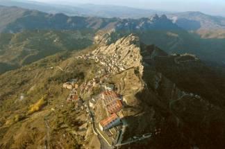 3 - Pietrapertosa- il paese appare letteralmente incastonato nella roccia, in quanto è stato costruito su di essa. Il centro abitato si sviluppa lungo la via principale che porta fino al castello risalente all'epoca dei Romani