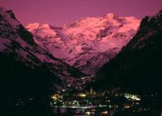 9- Gressoney La Trinitè di sera.Gli sport che il Monte Rosa e le sue valli permettono di praticare sono numerosissimi; le tre valli d'Ayas, Gressoney e Valsesia sono sede di uno dei maggiori centri sciistici italiani. In inverno è possibile cimentarsi in discipline come lo sci da fondo, lo sci alpino, lo sci alpinismo e lo snowboard, mentre in estate la regione si trasforma in una splendida palestra a cielo aperto: alpinismo, rafting, canoa, escursioni, equitazione, golf e mountain bike solo per citarne alcuni, senza dimenticare gli sport d'aria come il paracadutismo, il deltaplano o il parapendio.